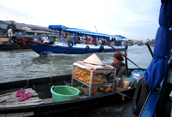 A mobile store – a typical image to see in floating market