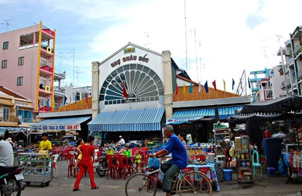 The front of Chau Doc market