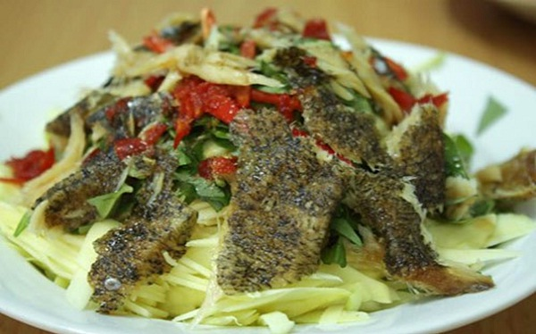 Dried mango salad with colorful fish – a popular specialty of Can Tho