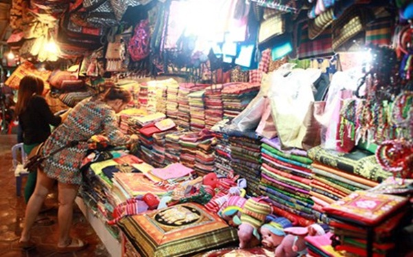 Cambodian scarves and kromas, the best items to sell at the night market