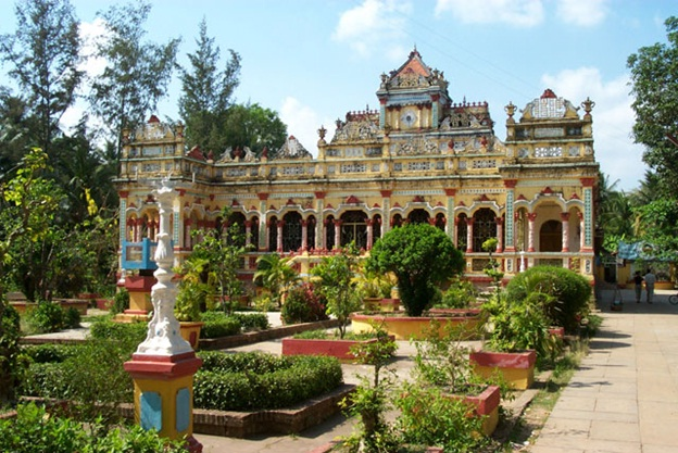 Vinh Trang Pagoda - an ancient southern architectural gem and one of Vietnam popular destinations