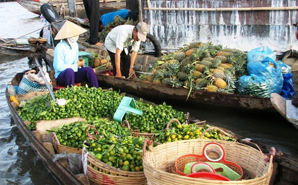 Remember to visit Tra On Floating Market in your Mekong river cruise