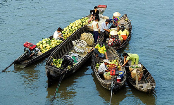 People sale their goods on boat at the floating market