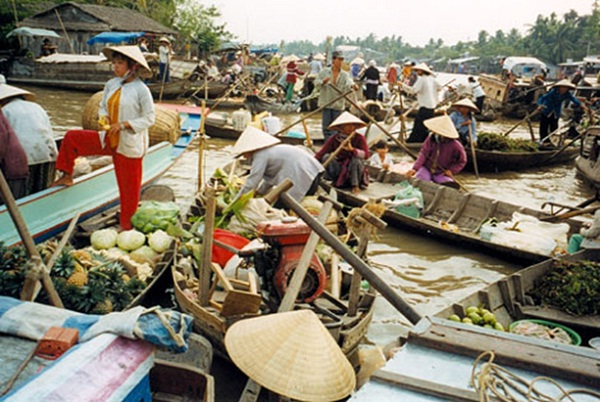 Tra On Floating Market begins a new day, from 2-3 am, the busiest moment is from 5-6 am onwards