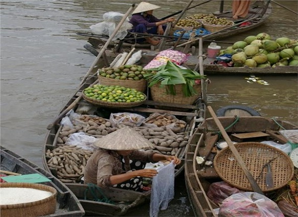 Tra On Floating Market sells many seasonal agricultural products