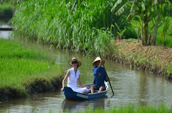 Exploring daily life in river region is an interesting experience when traveling in Chau Doc