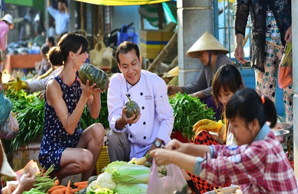Travelers will go Chau Doc market to select ingredients before coming to the Cham village to join cooking class