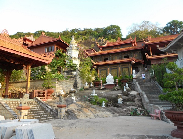 There are many temples and pagodas near Sam Mountain