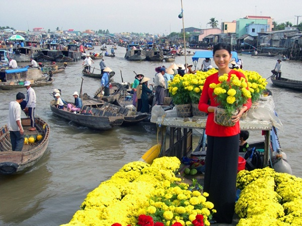 A smiley greeting from a florist in a floating market
