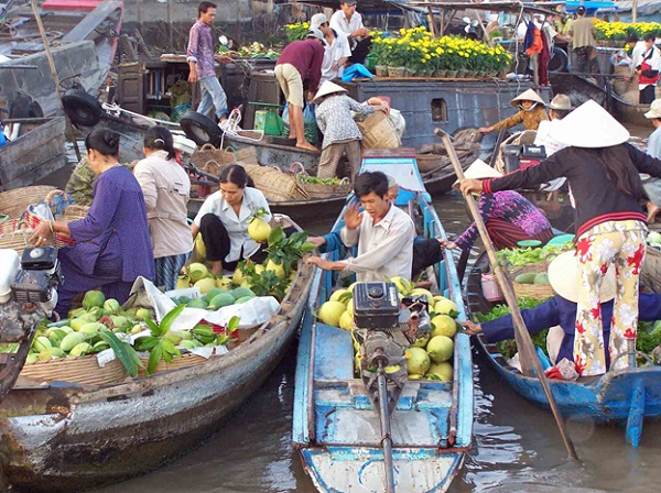 Visit a floating market to enjoy the vibrant life in the rural area.