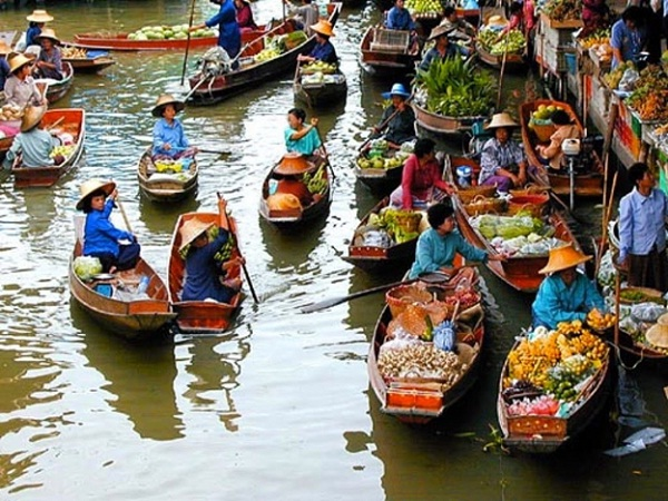 The lively lifestyle of floating markets