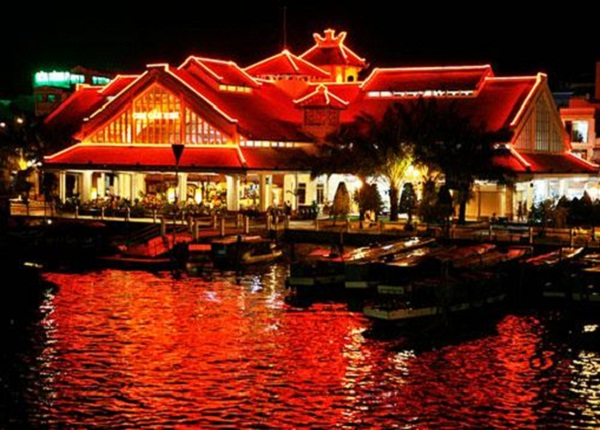 Ninh Kieu Wharf at night
