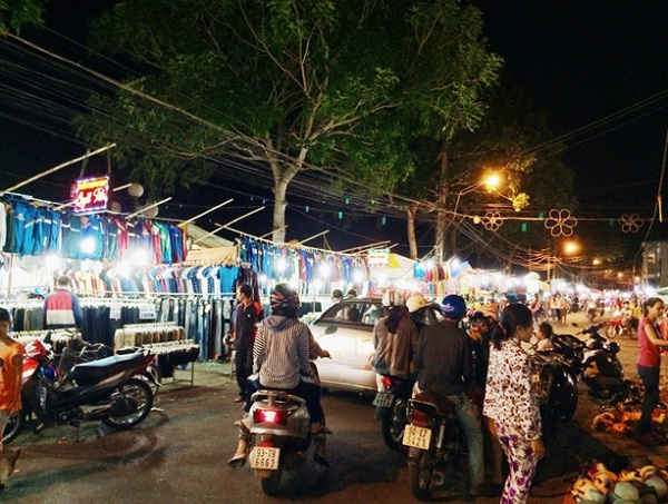 Ben Tre Market at night