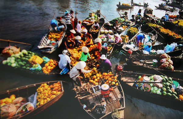 Boats with full of fruit, vegetable and various kinds of agricultural products