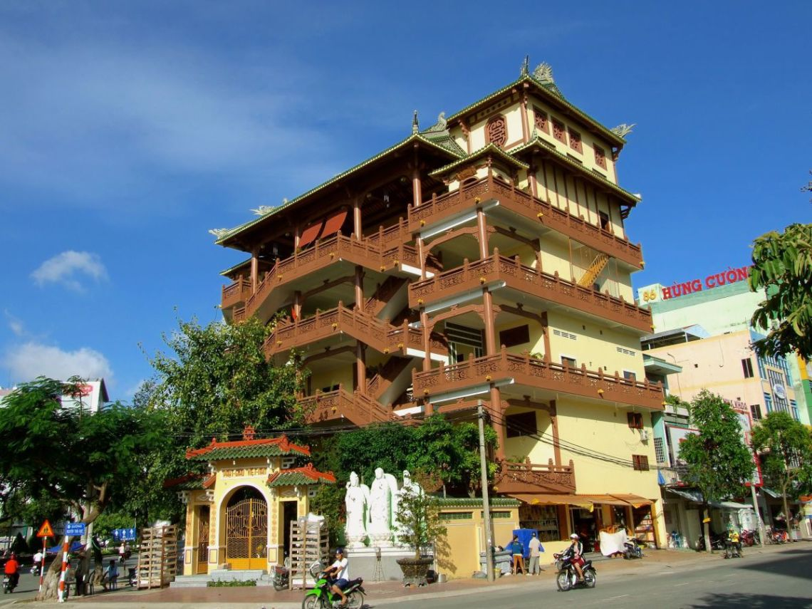 Phat Hoc Pagoda in the corner of Nguyen Thai Hoc and Hoa Binh street