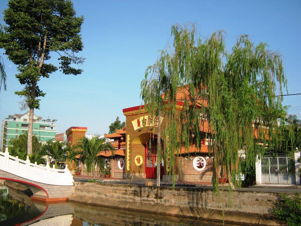 Kim Hue Pagoda peacefully lies next to Cai Son channel