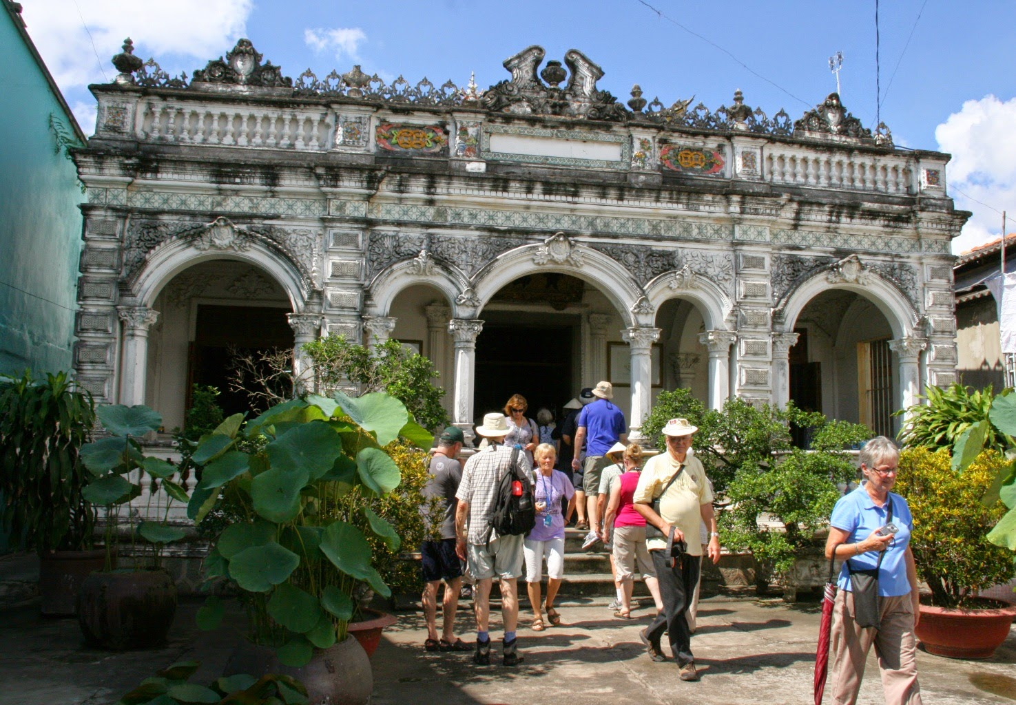 Tourists visit Huynh Thuy Le Ancient House