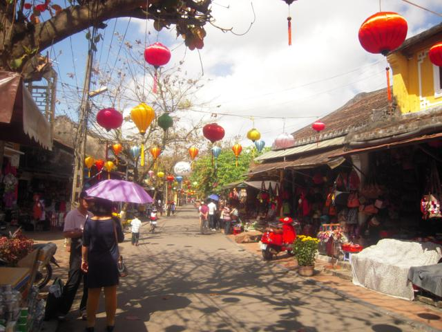 Be careful when going shopping in Hoian during Tet