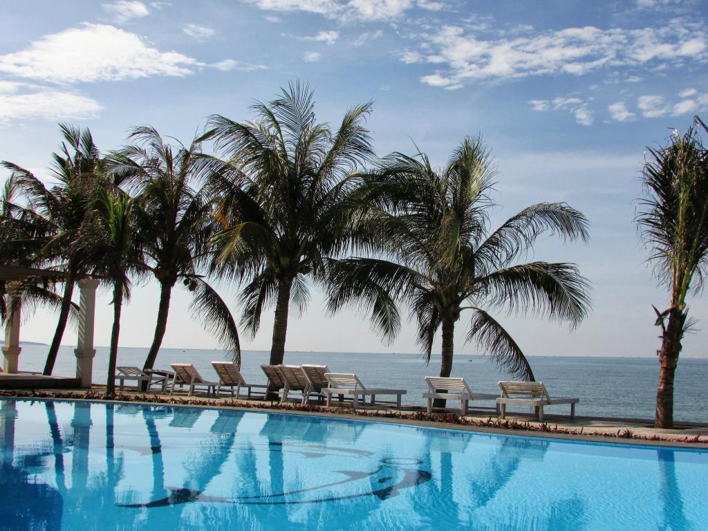The outside pool of Mui Ne Paradise Beach Resort- an ideal place for you