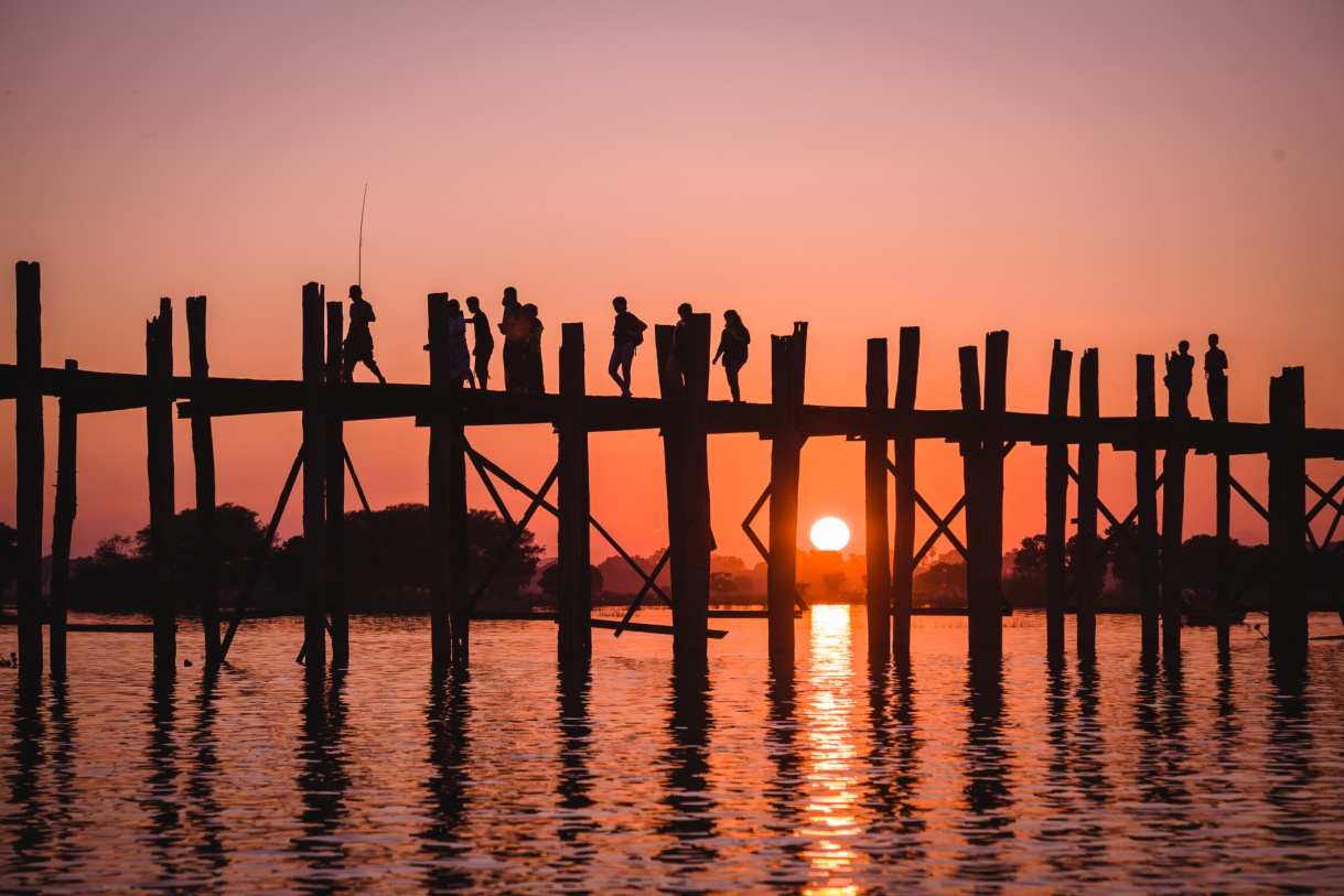 Chasing the sun on Ubein Bridge