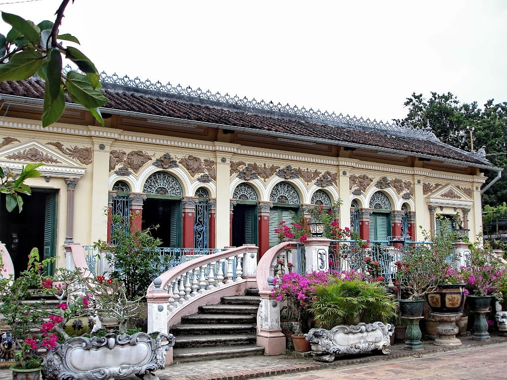The gorgeous garden in front of Binh Thuy house