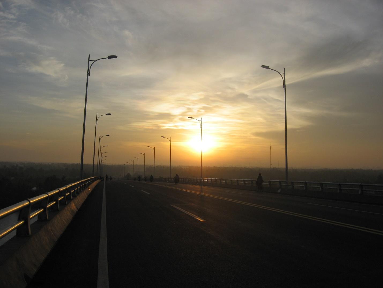 Ham Luong Bridge looks dim in early morning