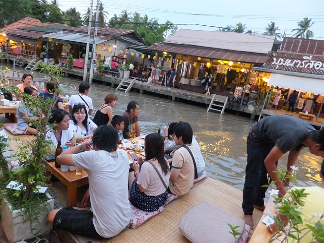 Understanding more about Thailand culture by coming to Amphawa floating market
