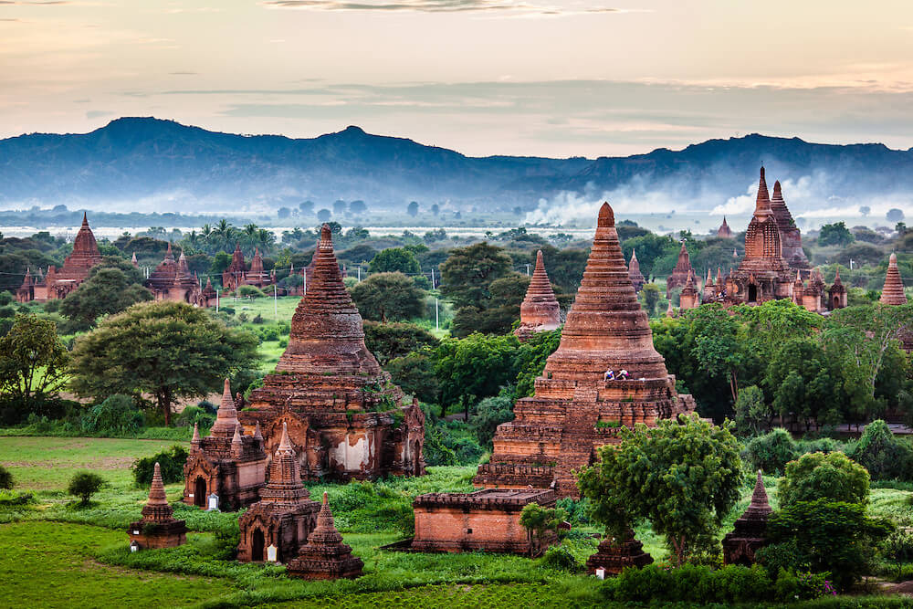 Bagan has an area of about 25 square kilometers with nearly 3000 temples and monasteries.